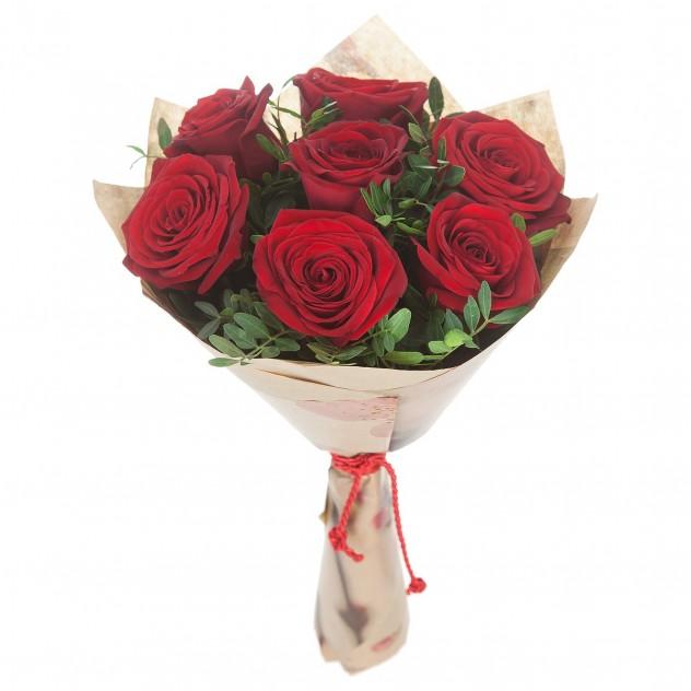 Букет из 7 красных роз в крафте с зеленью